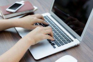 Digitando Em Um Laptop Trabalhador 1232 1085 Notícias E Artigos Contábeis Em Santos | Portal Contabilidade - PORTAL CONTABILIDADE